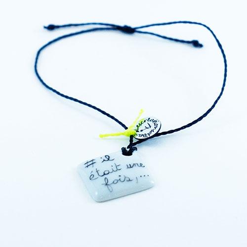 bracelet carré en porcelaine texte il etait une fois, peint à la main