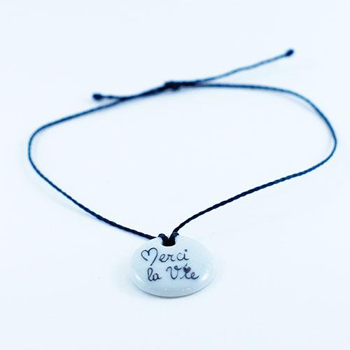 bracelet en porcelaine avec l'écriture d'un message peint à la main, merci la vie