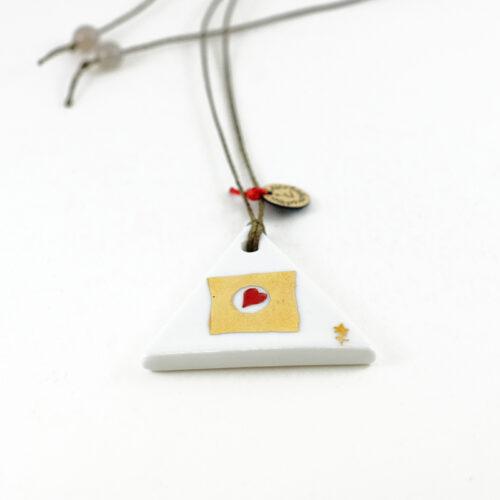 pendentif en porcelaine de forme triangulaire. Collection Amore, or et coeur rouge