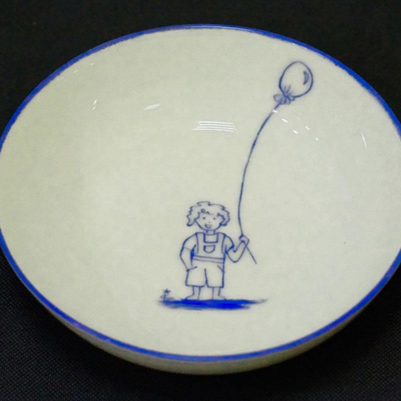 assiette creuse en porcelaine de Limoges, gars au ballon, peint à la main