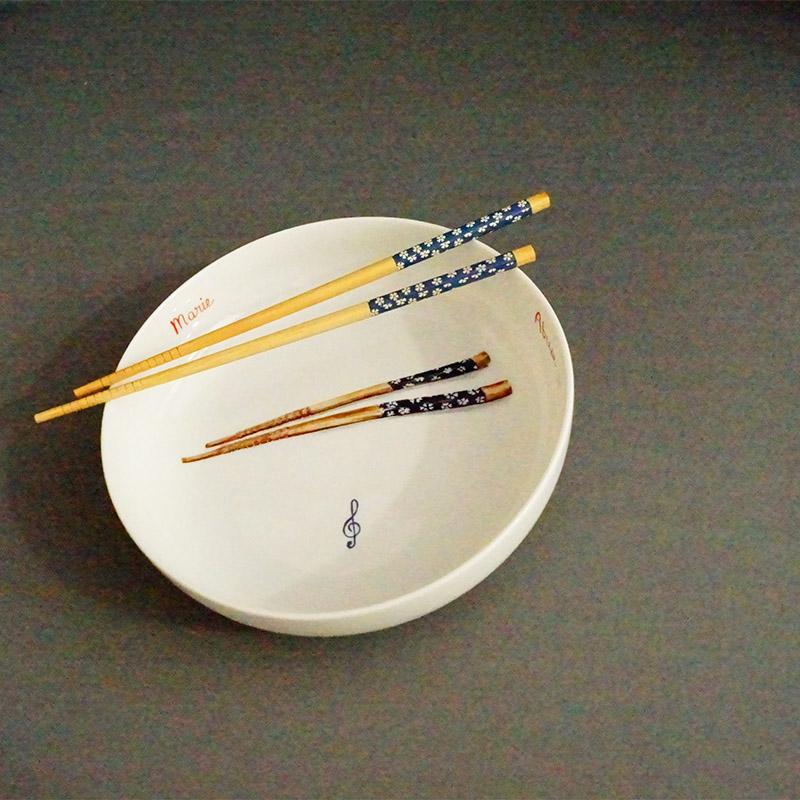 assiette creuse peinte à la main pour une commande personnalisée, baguette chinoise