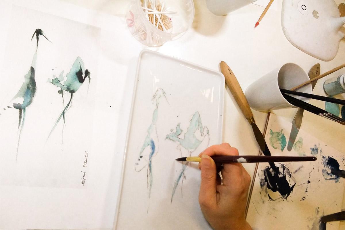 atelier-adulte-peinture-detail-plat-cake-oiseau-bleu-pinceau