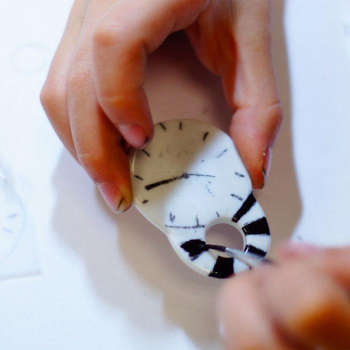 atelier enfants pour peindre un bijou de porcelaine