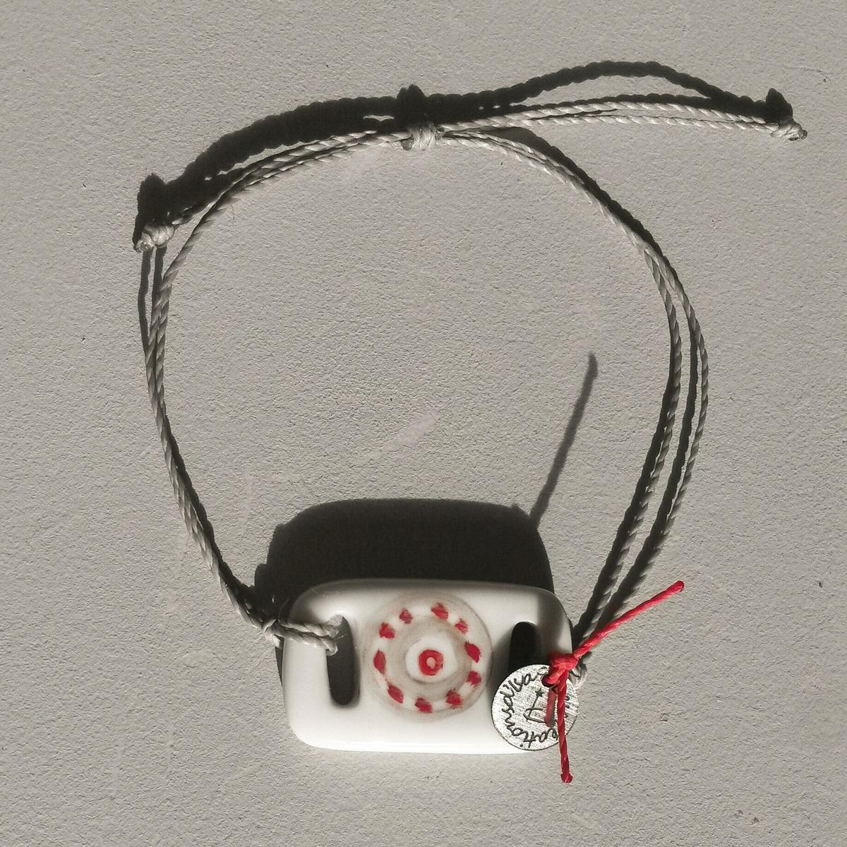 bracelet-rectangulaire-pastille-grise-rouge