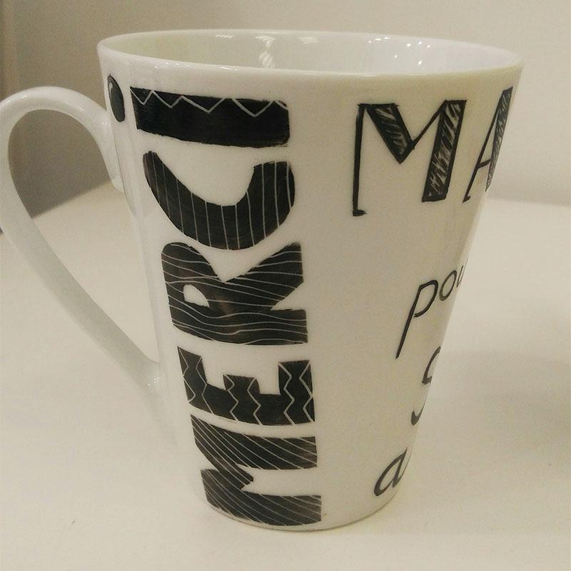 mug conique en porcelaine, dessin en noir, message Merci
