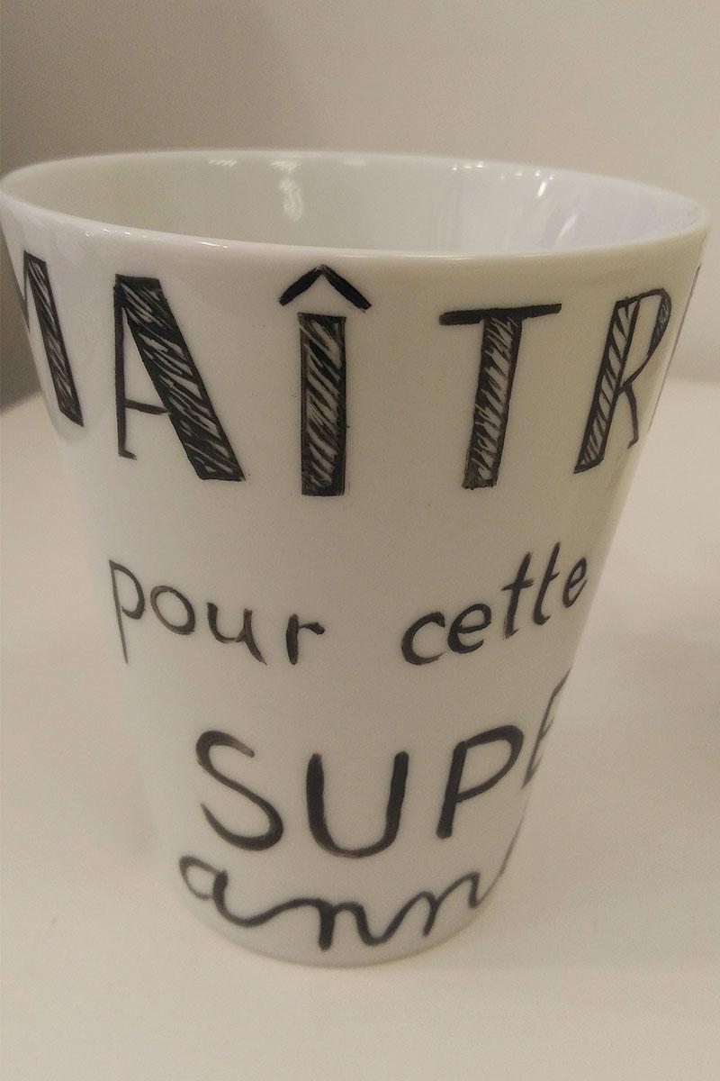mug en porcelaine écrit merci maîtresse peint à la main en couleur noir