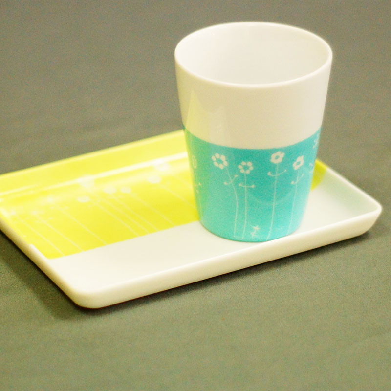plateau et sa tasse expresso en porcelaine peinte à la main couleurs anis et truquoise