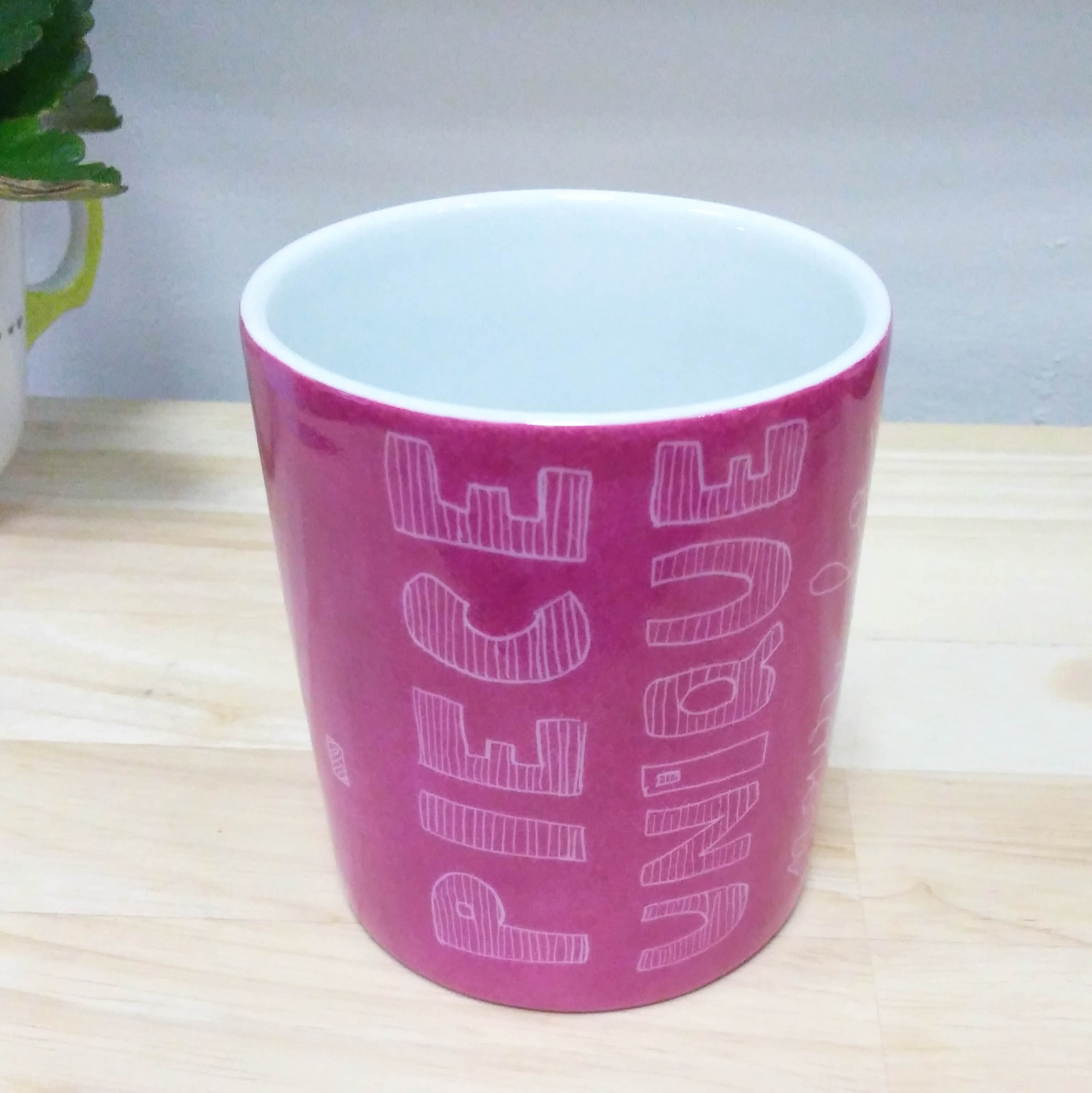 pot à crayon en porcelaine, message Merci à la maîtresse, couleur fushia