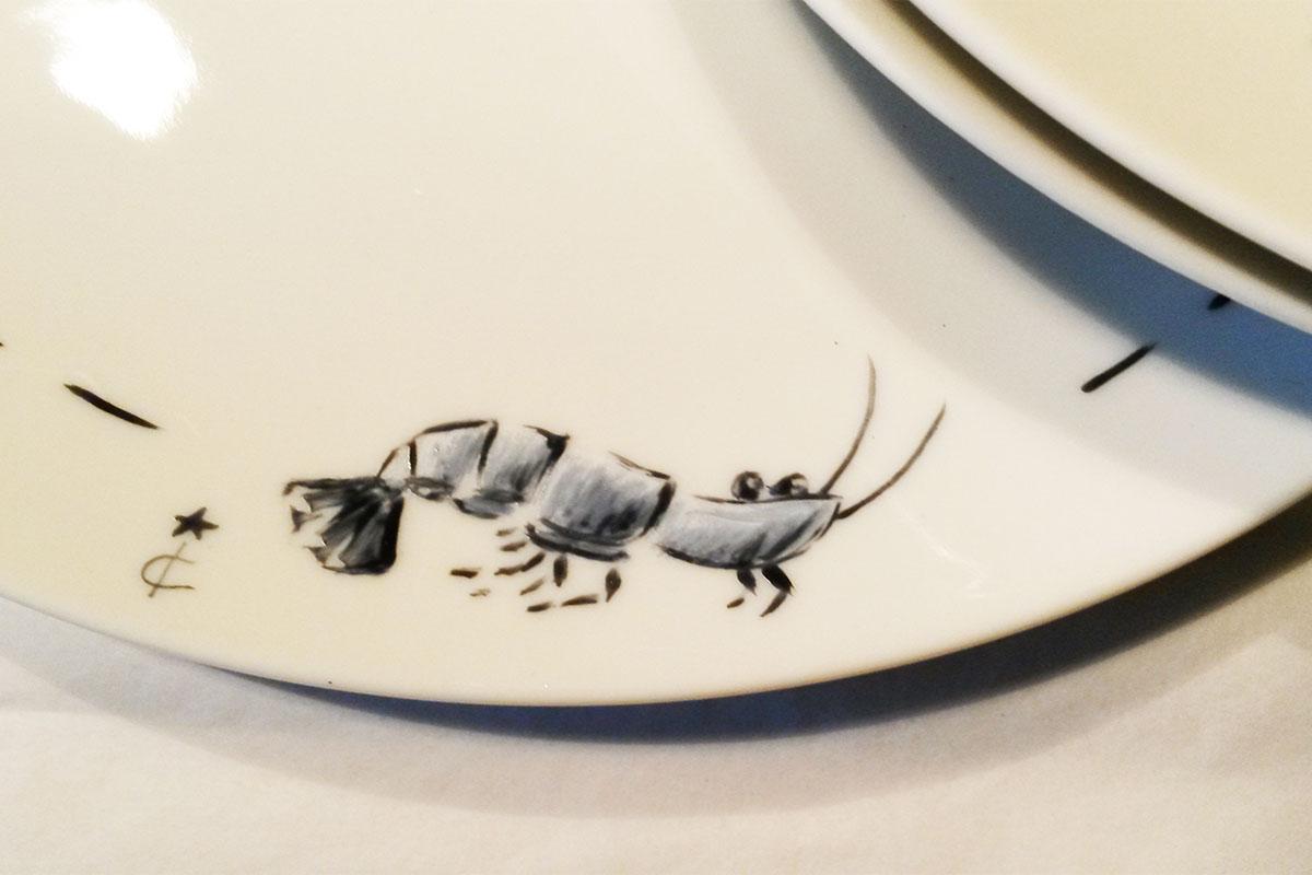 service d'assiettes pour une collection particuliere et personnaliséesur le thème des crustacés, peint à la main à l'atelier les créations d'Isa