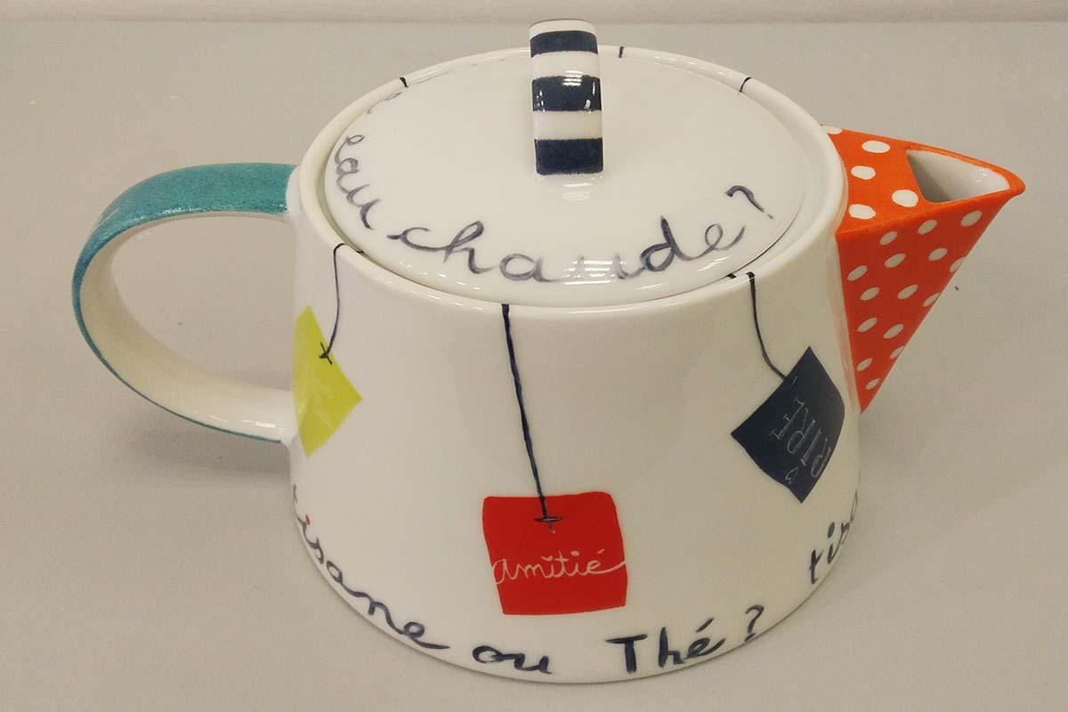théière en porcelaine peinte à la main avec des messages personnalisés, atelier Les créations d'Isa