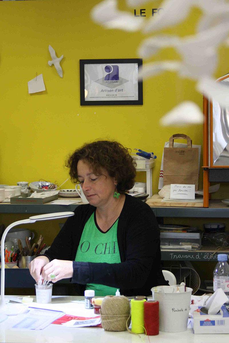portrait d'Isabelle à l'atelier de peinture sur porcelaine Les Créations d'Isa à Brignais