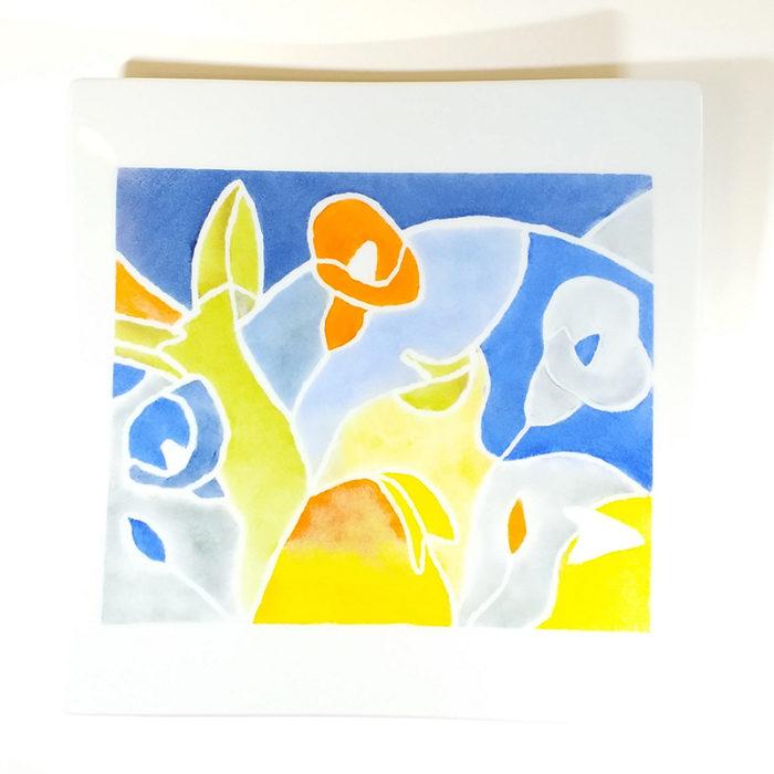 plat carré peint à la main lors d'un atelier créatif de peinture sur porcelaine