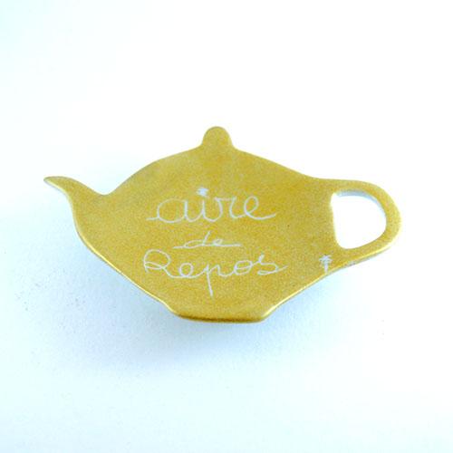 repose sachet de thé doré en porcelaine