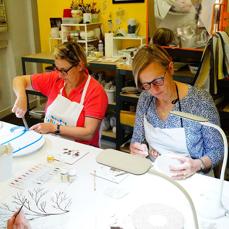 cours de peinture sur porcelaine à l'atelier Les Créations d'Isa