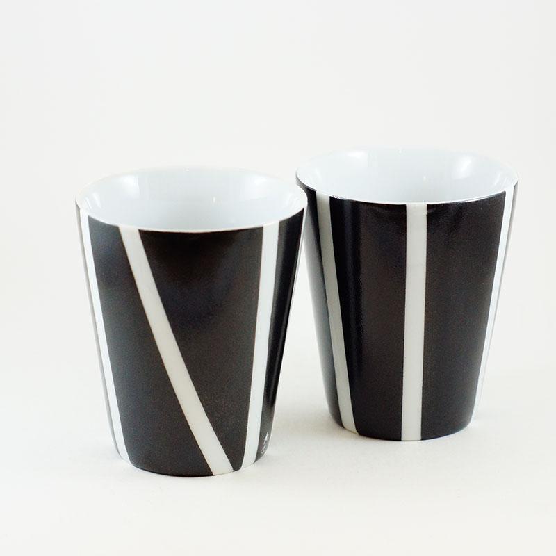gobelet ou tasse motif rauyres blanches et noires en porcelaine peinte à la main
