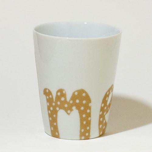 Gobelet en porcelaine graphique à pois