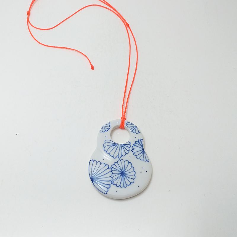 pendentif en porcelaine peinte à la main, fleur du japon bleu marine