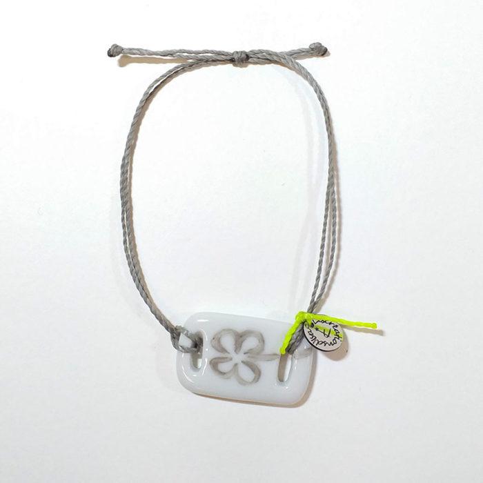 Bracelet en porcelaine de forme rectangulaire avec un trèfle argenté peint à la main