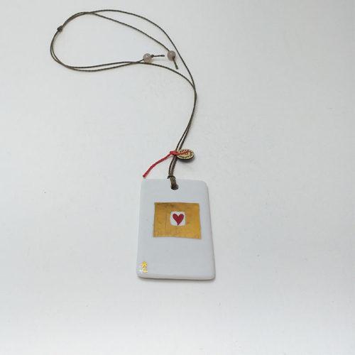 pendentif rectangulaire en porcelaine peint à la main, coeur rouge dans un écrin en or