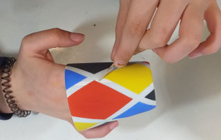 atelier arlequin pour peindre un gobelet en porcelaine