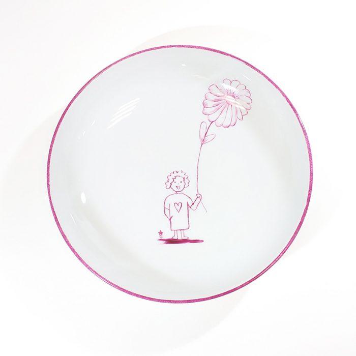assiette creuse en porcelaine, motif fillette et grande fleur. Peint à la main à l'atelier Les Créations d'Isa