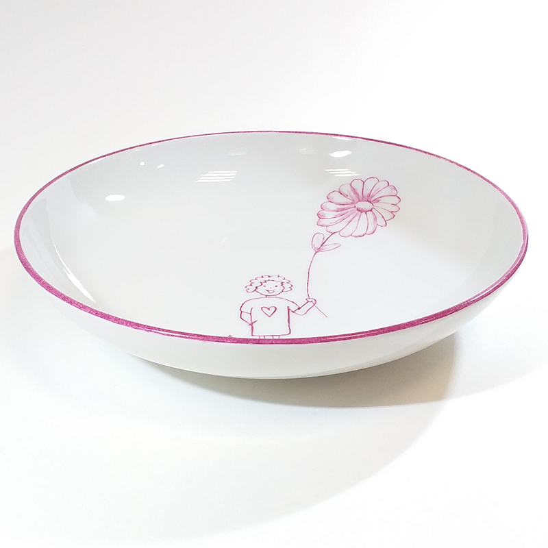 assiette creuse en porcelaine, motif fillette et grande fleur. Peint à la main à l'atelier