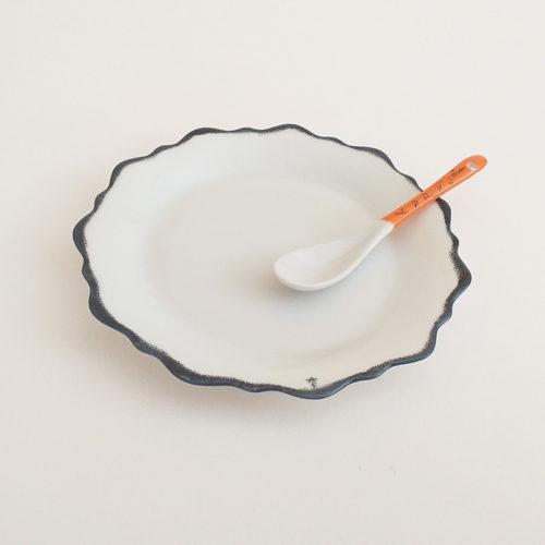 Assiette en porcelaine de Limoges, façon feston bord gris. Peint à la main