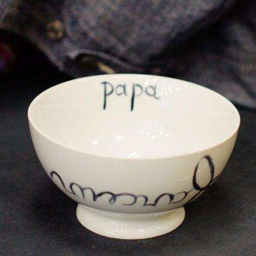bol à talon en porcelaine, écriture Papa farceur, peint à la main