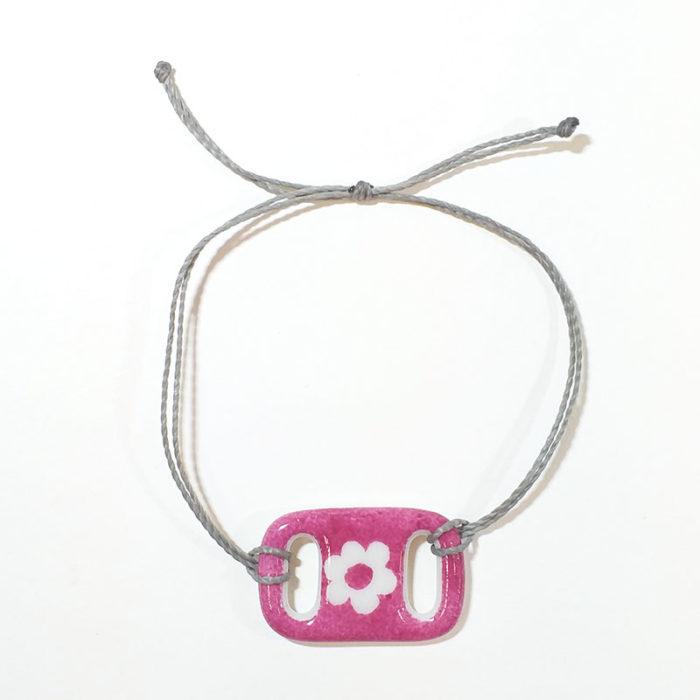bracelet rectangulaire en porcelaine, rose fuchsia et fleur blanche. Peint à la main