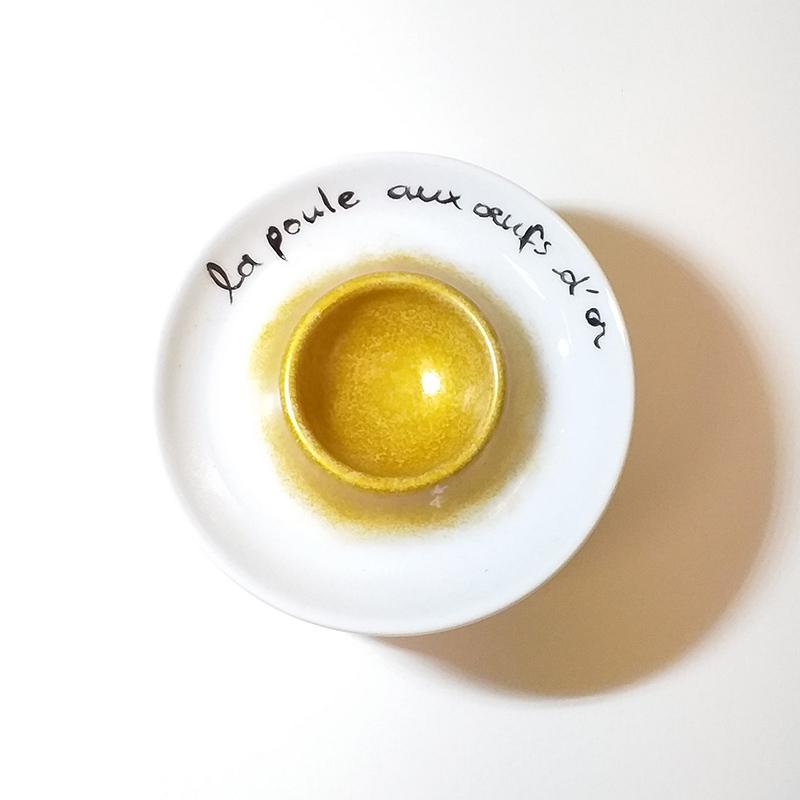 Coquetier en porcelaine, poule aux oeufs d'or, peint à la main