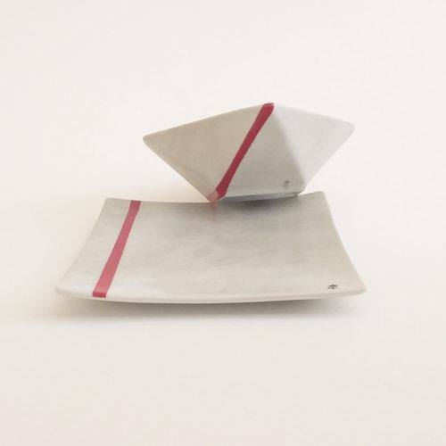 Duo coupelle et assiette en porcelaine, collection fil rouge, peint à la main