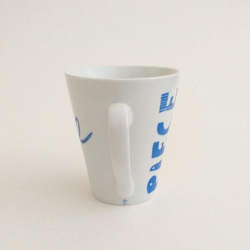 Mug conique en porcelaine, Message Pièce Unique, peint à la main. Bleu