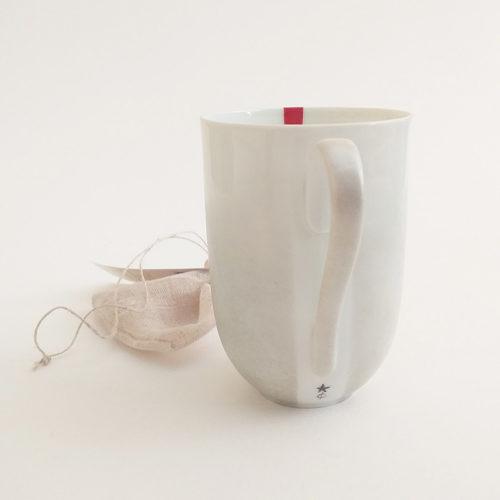 mug en porcelaine de Limoges, collection fil rouge, peint à la main