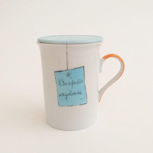 Mug Tisanière en porcelaine, collection Message. Peint à la main