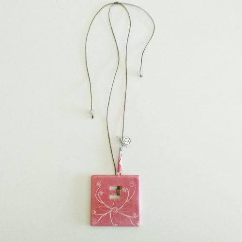 pendentif carré en porcelaine de Limoges, motif fleur-papillon rose, peint à la main