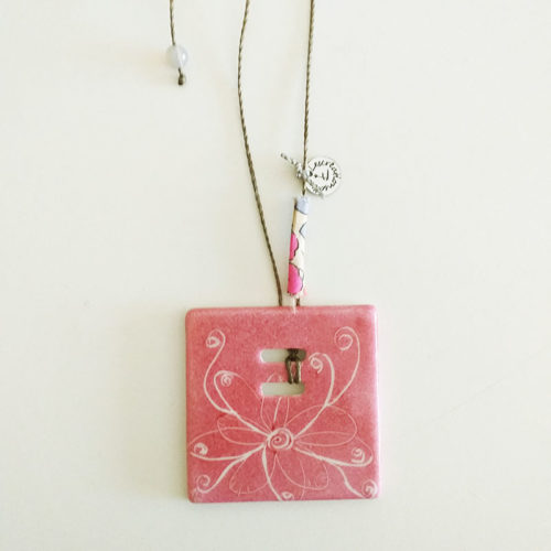 pendentif carré en porcelaine de Limoges, motif fleur-papillon rose, peint à la main. Détail