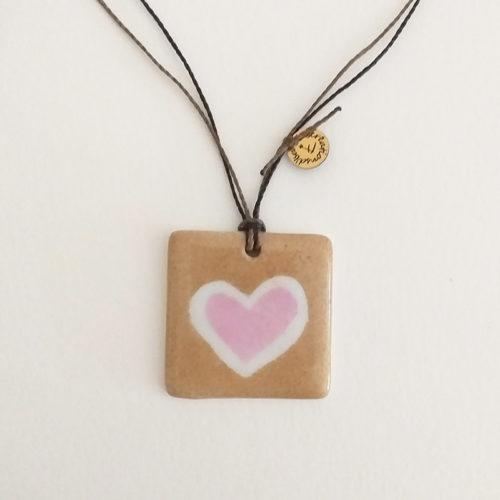 pendentif carré en porcelaine coeur rose et sable peint à la main