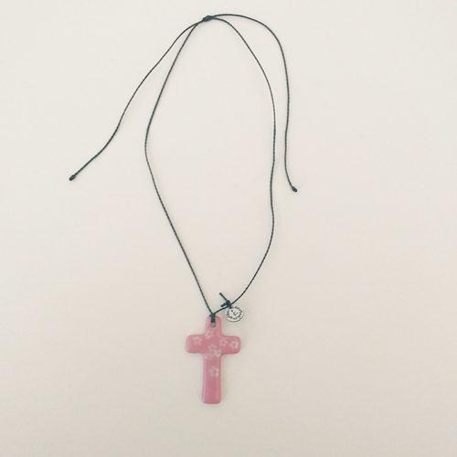 pendentif en porcelaine, forme croix, peinte à la main. fleur rose