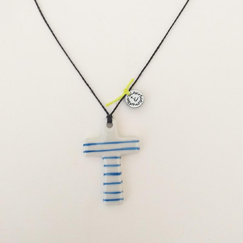 pendentif en porcelaine, forme croix, peinte à la main. rayé bleu cordon gris