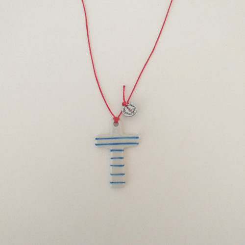 pendentif en porcelaine, forme croix, peinte à la main. rayé bleu cordon rouge