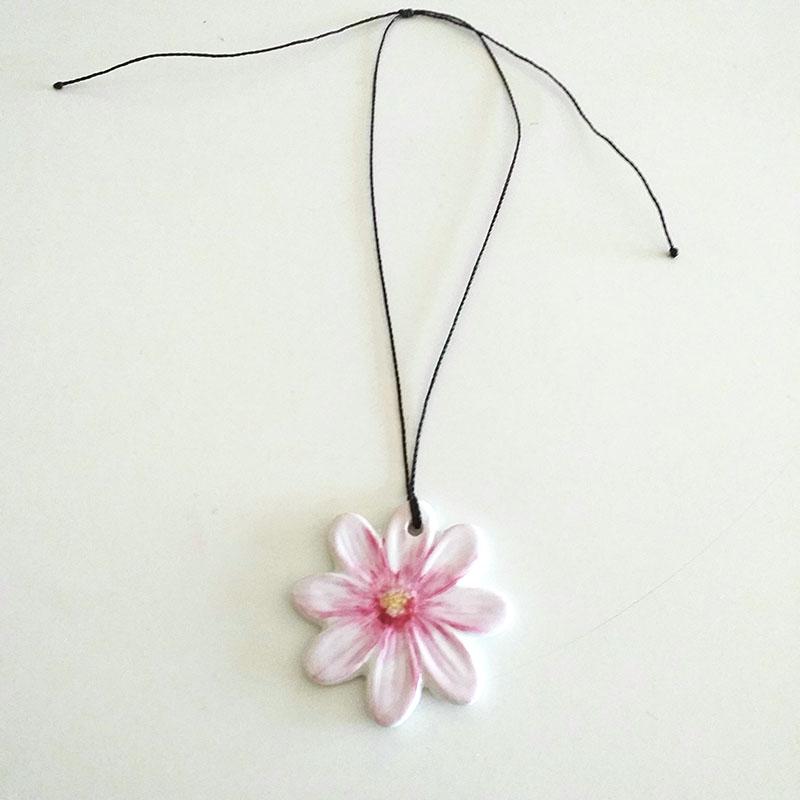 pendentif fleur en porcelaine , motif marguerite rose, peint à la main