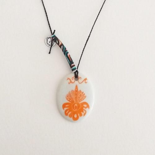 Pendentif en porcelaine ou médaillon oval motif arabesque, couleur mandarine