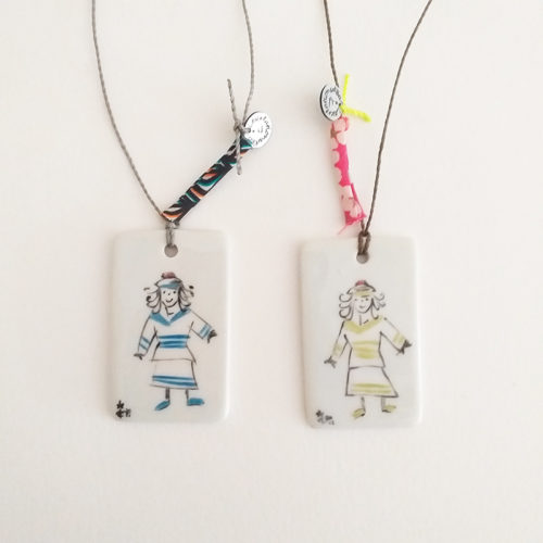 Pendentifs rectangulaires en porcelaine, filles en marinière, peint à la main