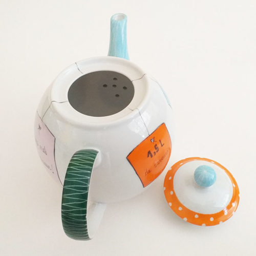 Théière grand modèle en porcelaine, collection message, étiquettes colorées. Peint à la main