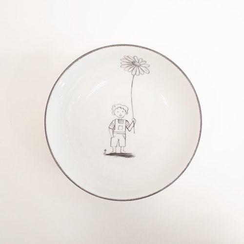 Assiette en porcelaine peinte à la main motif garçon et grande fleur, couleur grise
