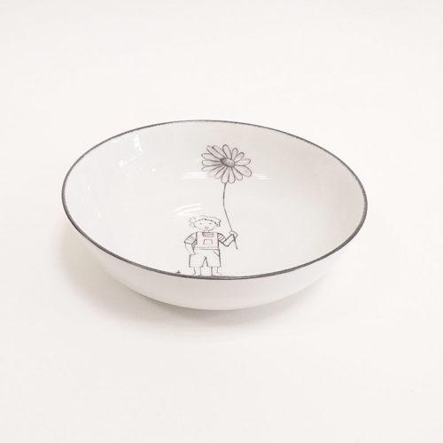 assiette creuse en porcelaine, motif garçon et grande fleur, couleur gris, peint à la main