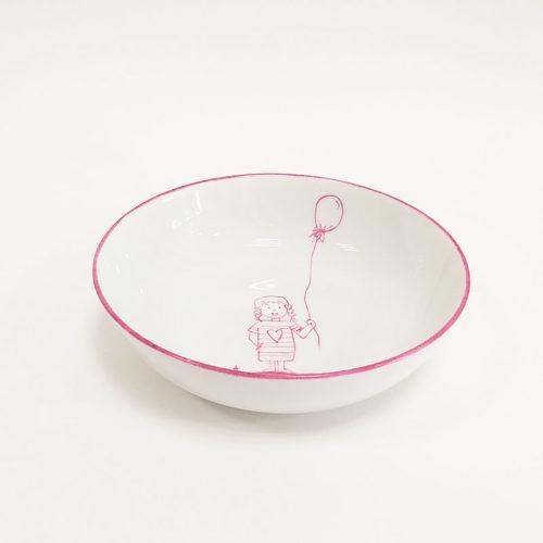 Assiette en porcelaine peinte à la main motif fille au ballon, couleur pourpre.