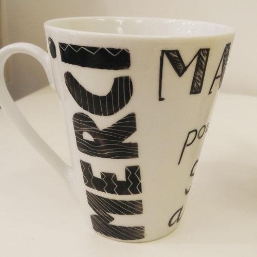 mug conique avec un dessin message merci, peint à la main