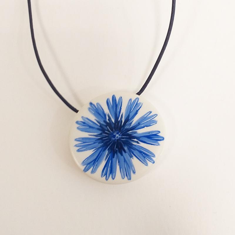 Pendentif rond en porcelaine série bleuet peint à la main