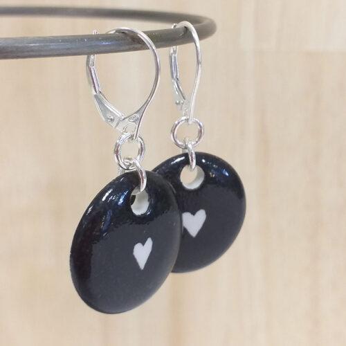 Boucles d'oreilles en porcelaine forme rond, coeur et fond noir. Peinte à la main